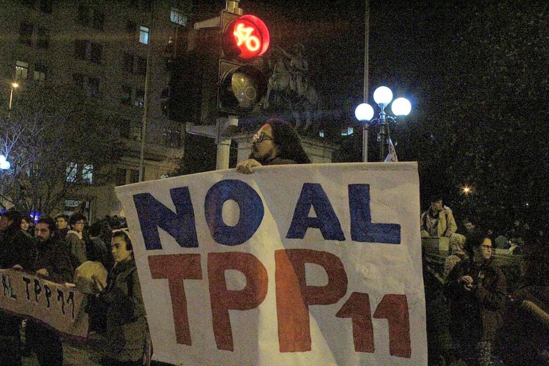 68846116 2451409995145756 5472189042667814912 o 300x200 - Galería   Movilización contra el TPP11 en Santiago: alto contingente policial esperó a activistas