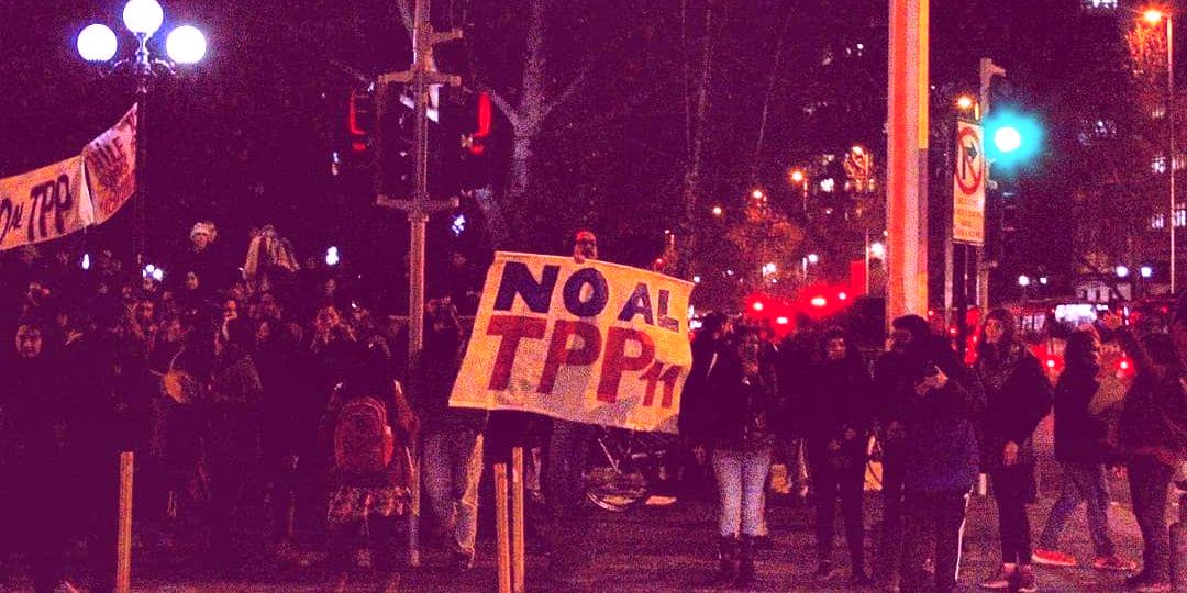 69110801 2451409868479102 6333789087454986240 o e1566445860369 hermajesty 1 288x180 - Galería | Movilización contra el TPP11 en Santiago: alto contingente policial esperó a activistas