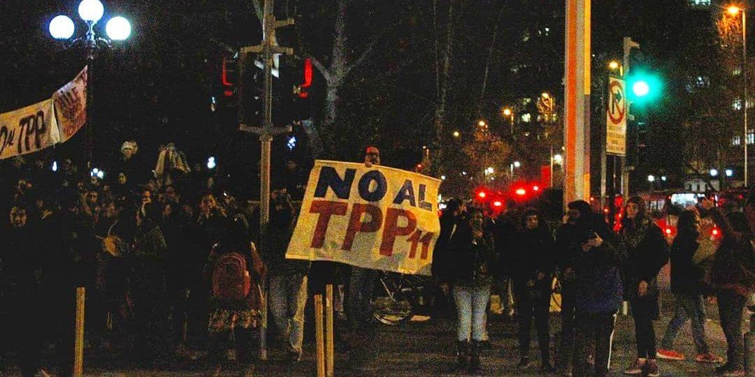 69110801 2451409868479102 6333789087454986240 o e1566445860369 300x150 - Galería   Movilización contra el TPP11 en Santiago: alto contingente policial esperó a activistas