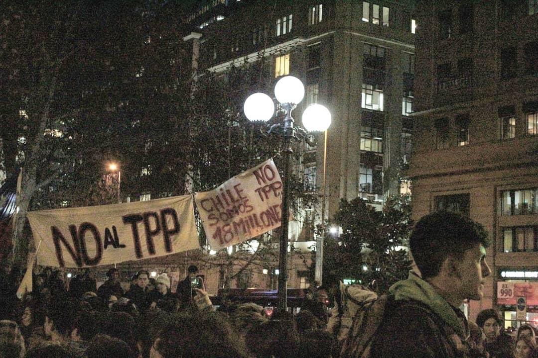 69205062 2451410111812411 6213196821078999040 o 300x200 - Galería   Movilización contra el TPP11 en Santiago: alto contingente policial esperó a activistas