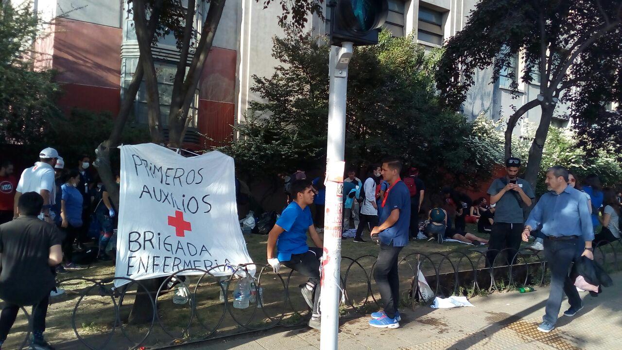 photo5008464022630148176 300x169 - Primeros auxilios en medio de la protesta: Voluntarios en medio de perdigones y represión policial