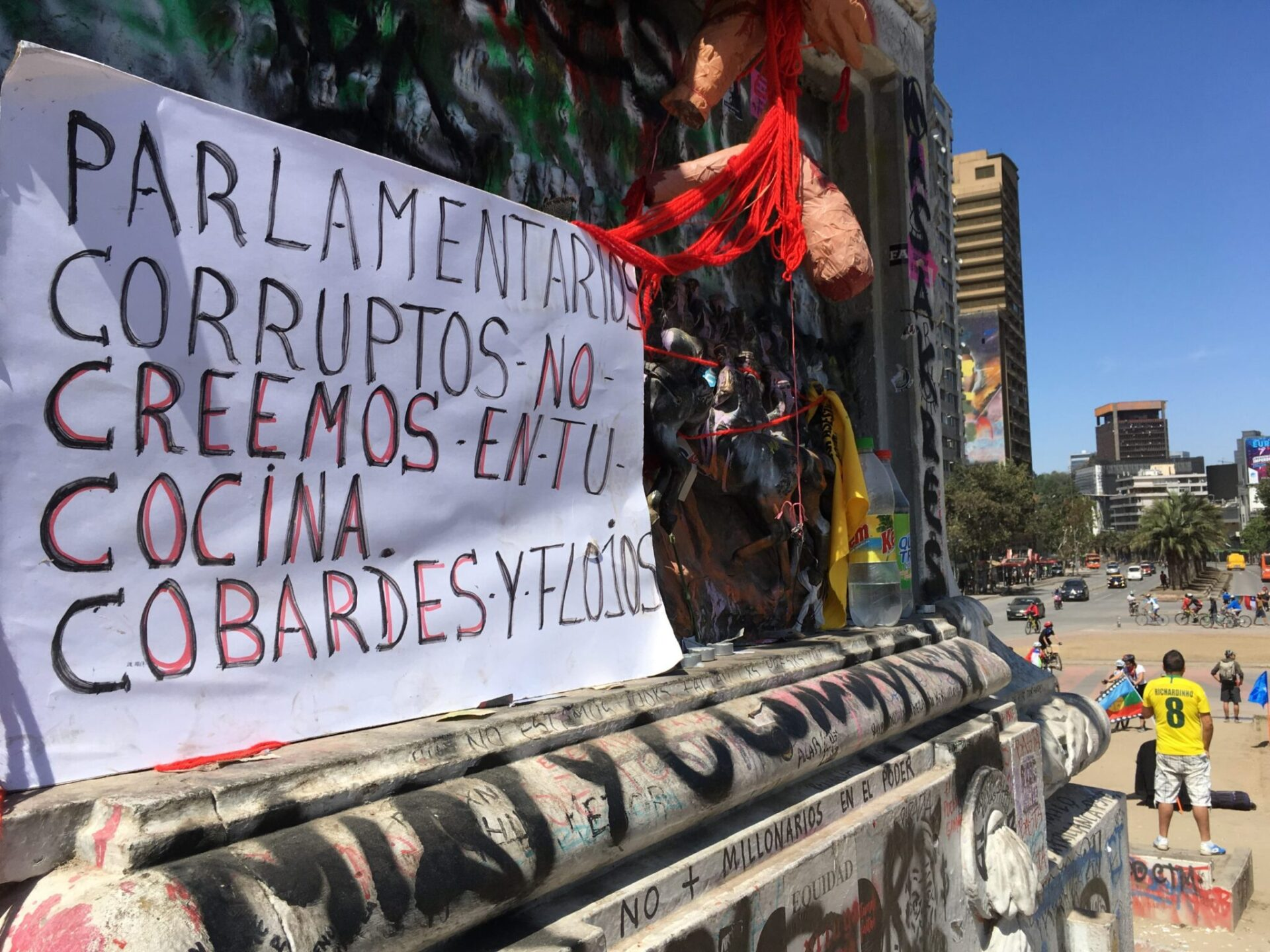 Pancarta en la Plaza de la Dignidad