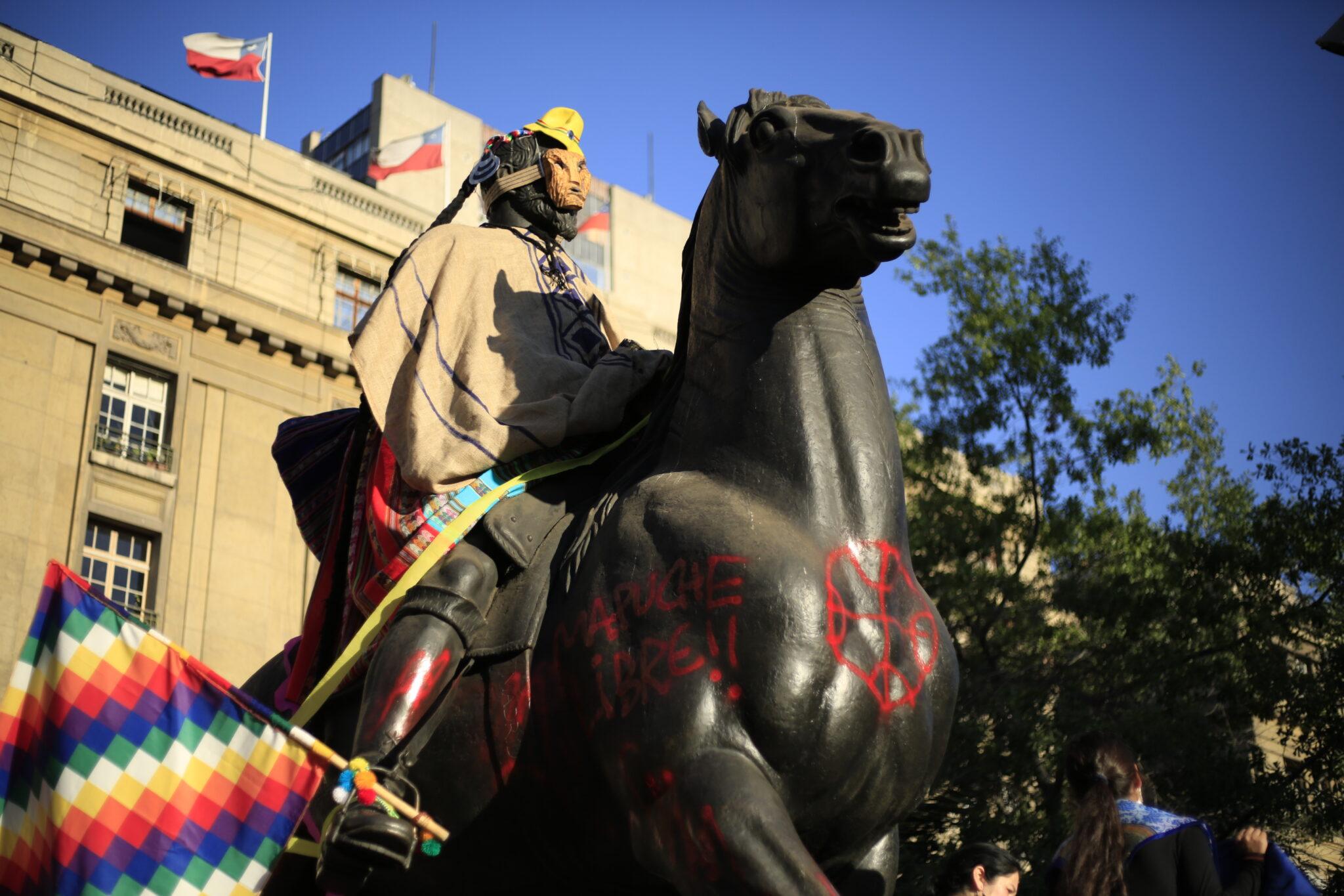 Estatua de Valdivia intervenida