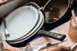 Sartenes y platos sucios. Pixabay.
