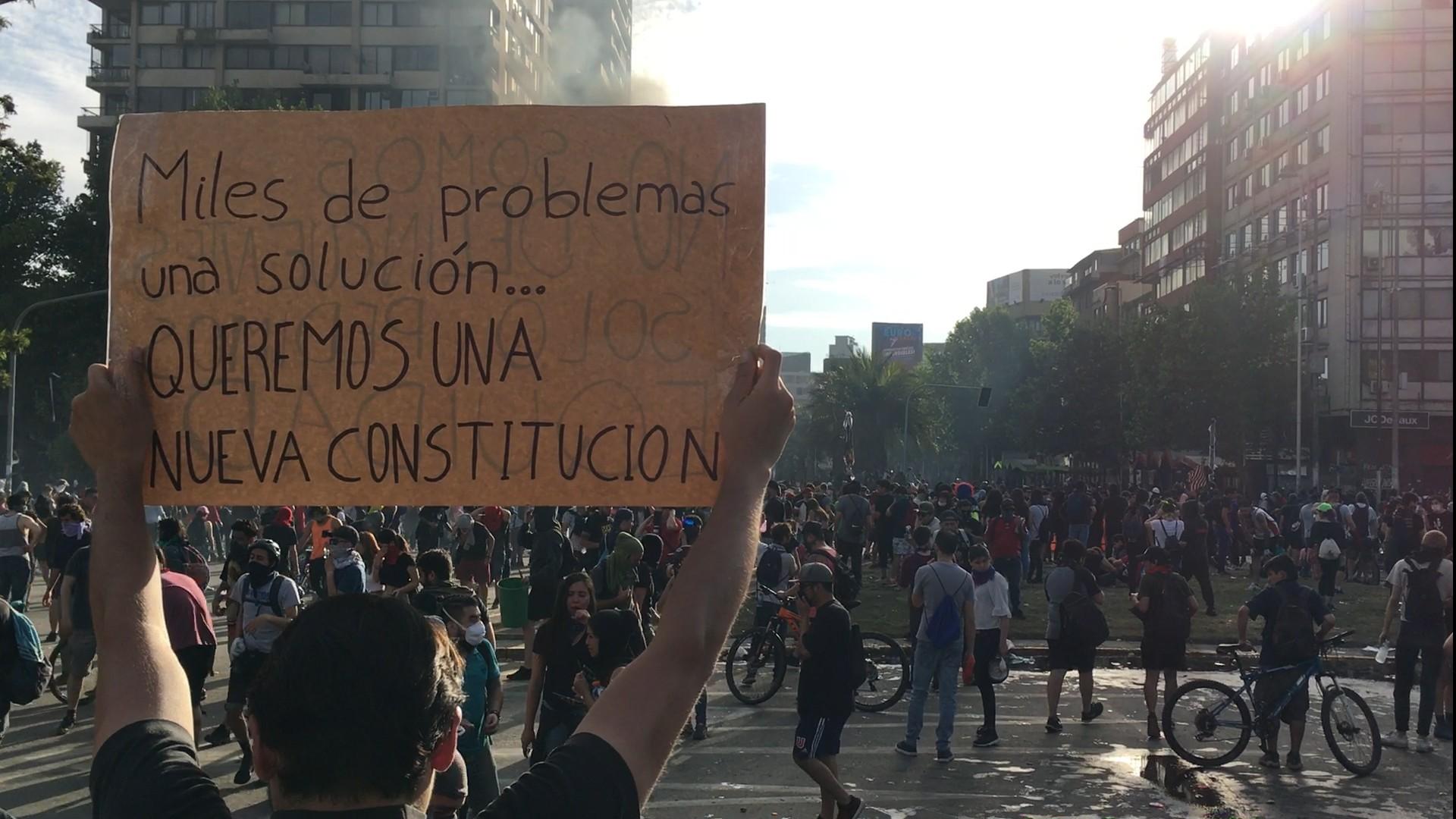 Hassan Akram | economista | Manifestante con pancarta: