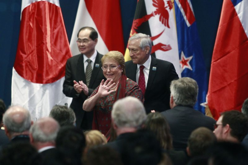 Heraldo Muñoz y Michele Bachelet firman TPP 11